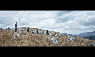 LILI LIMIT、新ビジュアルは山口県・秋吉台の石灰岩柱とともに