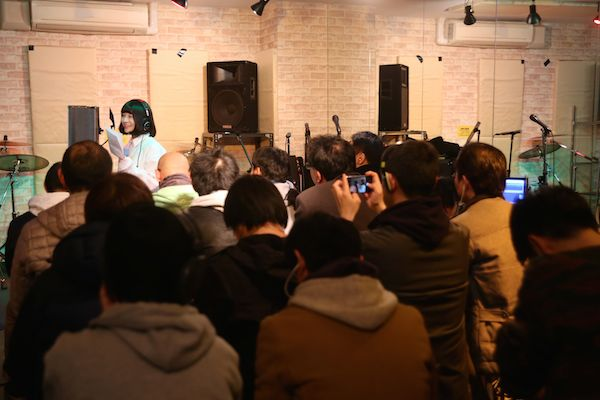 「宗教みたい!」里咲りさ&シバノソウが公開レコーディング実施、渋谷の地下に30人の叫び声が轟く――イベント・レポート