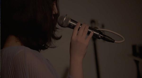 mekakushe、改名後初ライヴで川本真琴と共演「信じられないくらいうれしい」 グランド・ピアノで貴重な連弾も――ライヴ・レポート
