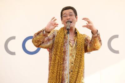 ピコ太郎が埼玉で凱旋ライヴ! ももくろちゃんZとのコラボ曲や「PPAP」に子供たちも大喜び
