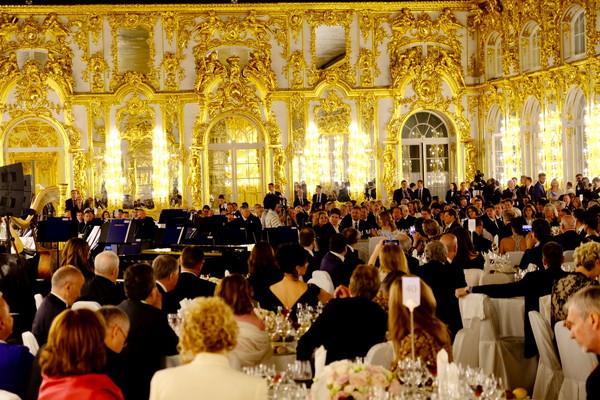 AUN J クラシック・オーケストラ、ロシア・エカテリーナ宮殿での〈白夜のガラコンサート〉にて日露仏首脳を前に和楽器演奏を披露