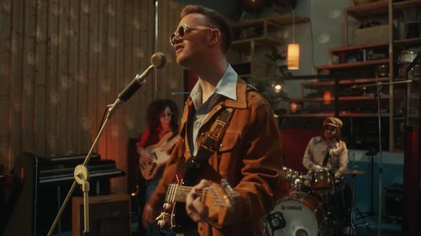 トム・ミッシュ、この夏ラジオでも大ヒットした人気曲「 IT RUNS THROUGH ME」のMVが公開!