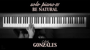 天才音楽家チリー・ゴンザレス、傑作シリーズ最終章『Solo Piano lll』から「Be Natural」の演奏動画を公開
