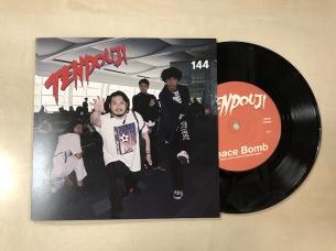 TENDOUJI全国ツアー〈爆発〉名古屋公演に突如として物販とFLAKE RECORDSに並んだ7インチが1月23日に発売決定