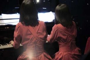 ピアノ連弾姉妹ユニットKitriのデビュー・ライヴ・ツアー〈キトリの音楽会#1〉ライヴ・レポート