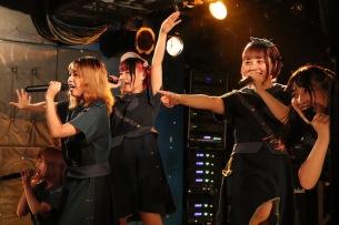 """「新しい未来に向かって」THE BANANA MONKEYS、新宿LOFT無料ワンマン〈LAST LOFT〉でレーベルに""""恩返し""""――ライヴ・レポート"""