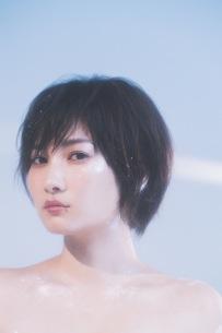 佐藤千亜妃、1st AL収録の新曲「キスをする」スタジオライヴ映像公開