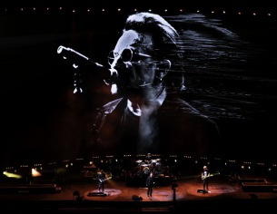 U2、13年ぶりの来日公演で名作『ヨシュア・トゥリー』を完全再現―オフィシャルレポート