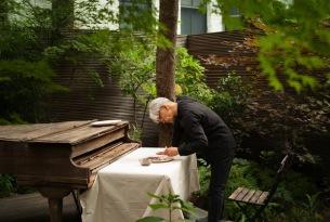 坂本龍一、自身が絵付けをした陶器のお皿を割り、その音で新曲を制作中