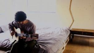 THE CHARM PARK、ベッドルームでの弾き語り映像を公開